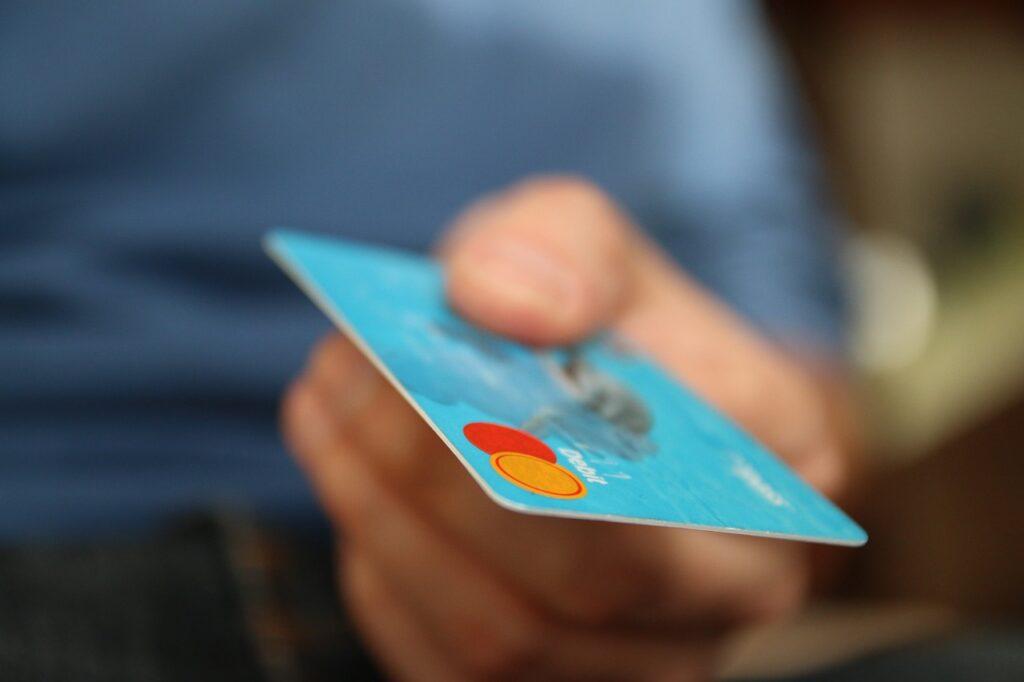 Czym lepiej płacić Kartą czy gotówką